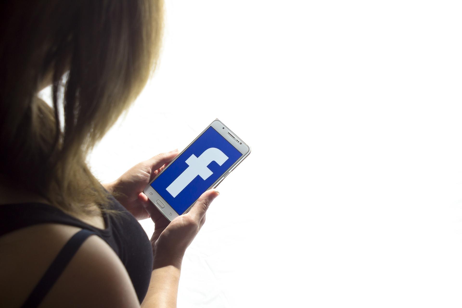 Ứng dụng Facebook cho máy ảnh truy cập iOS bị bắt ở chế độ nền
